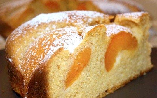 Бісквітний медовий пиріг з абрикосами