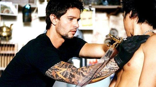 Татуювальник за роботою