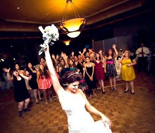 Чим можна замінити кидання букета на весіллі