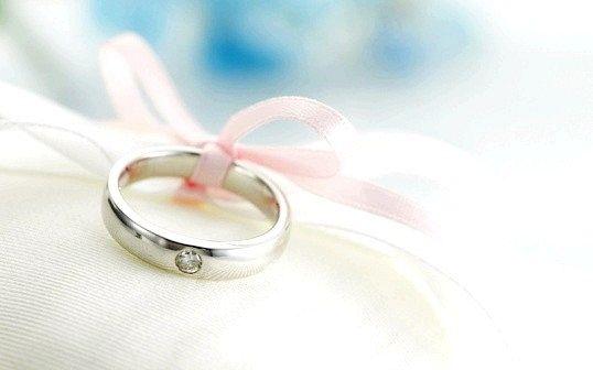Що подарувати на першу річницю весілля