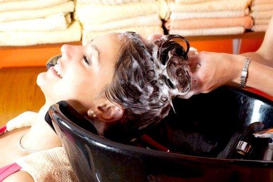 Як роблять змивку фарби з волосся в салоні