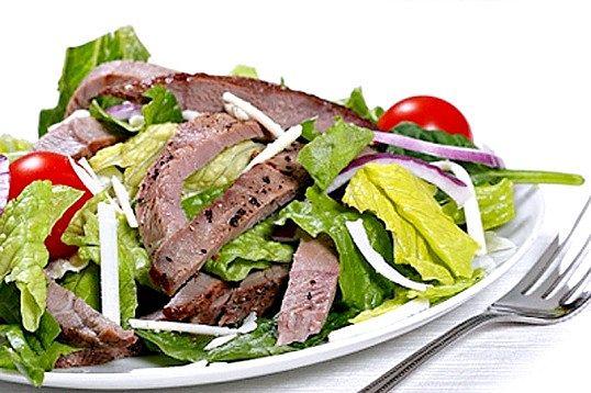 Як готувати ситні м'ясні салати