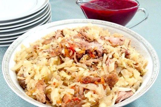 Як готується качка тушкована з капустою і брусничним соусом