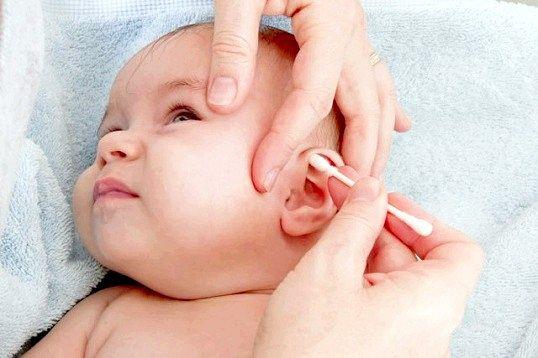 Як навчитися чистити вуха немовляті