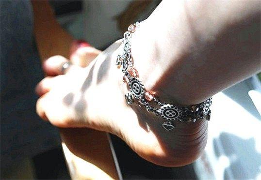 Як носити браслети на нозі