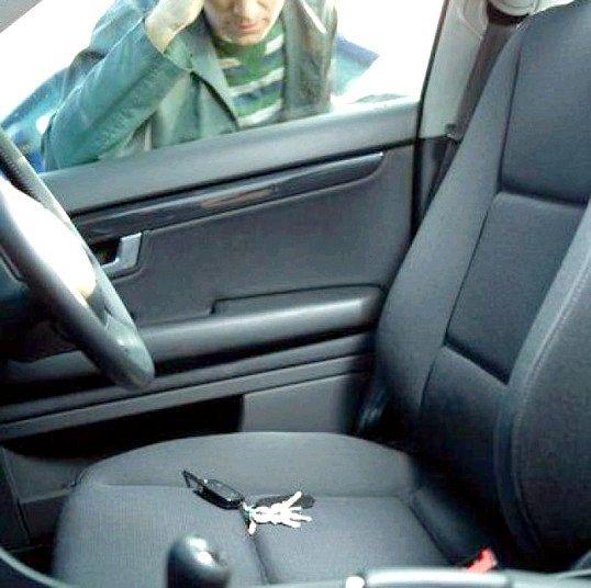 Як відкрити машину, якщо заблокувало двері