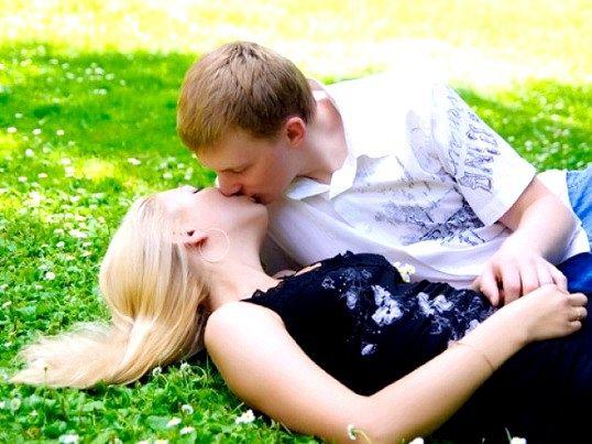 Як зрозуміти, що хлопець хоче поцілувати дівчину