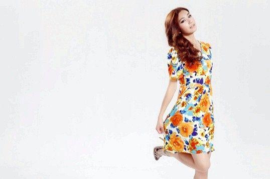 Як правильно носити сукні з квітковим принтом