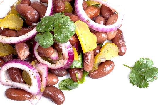 Як приготувати салат з консервованою квасолею