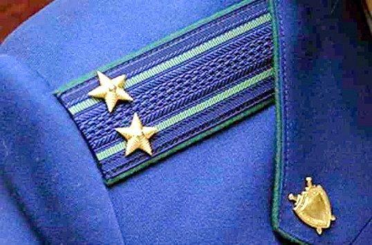 Емблема російської прокуратури, в тому числі і військової, - щит і меч