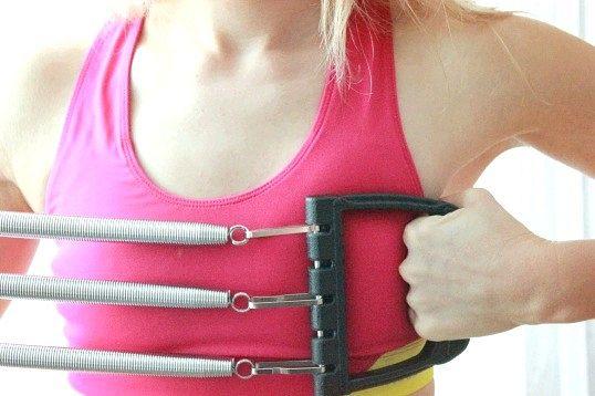 Як тренуватися за допомогою грудного еспандера