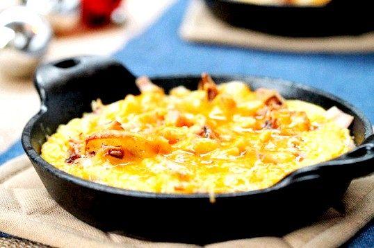 Як запекти картоплю з яйцями і беконом в духовці