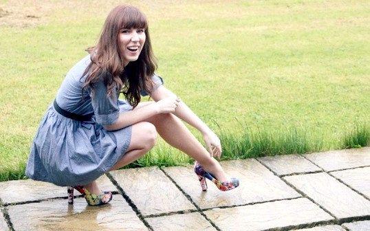 Які туфлі підійдуть до блакитного плаття