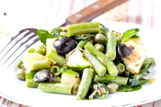 Картопляний салат зі шпинатом, оливками і зеленою квасолею