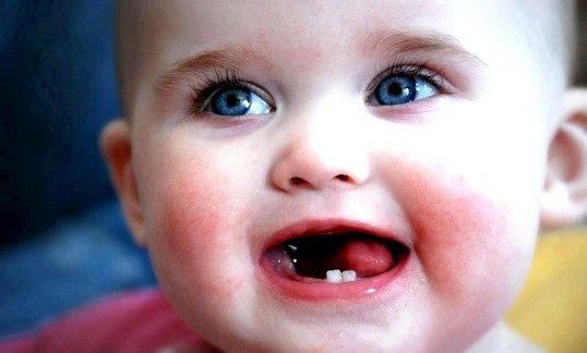 Коли прорізуються зуби у дитини