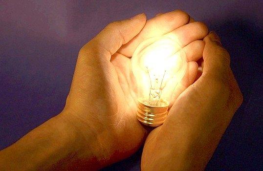 Хто винайшов першу лампочку