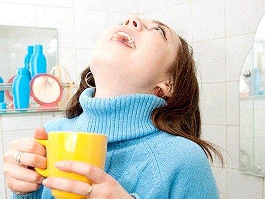 Полегшити біль у горлі при скарлатині допоможуть полоскання настоями календули, евкаліпта, ромашки