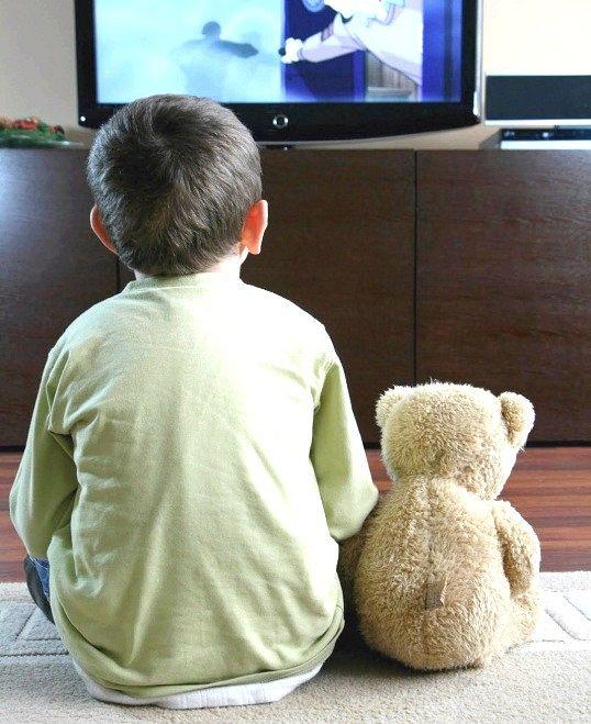 Чи можна дивитися телевізор дитині