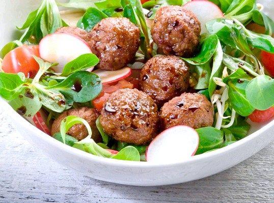 Салат з м`ясними кульками