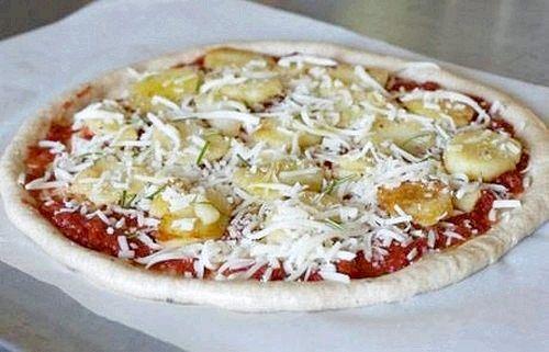 Піца з індичкою, сардельками і яйцем