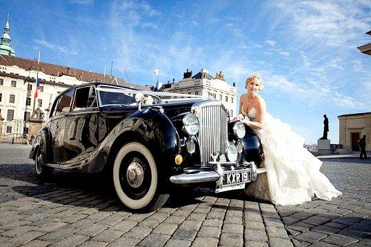 Ретро автомобіль на весіллі - справжня розкіш