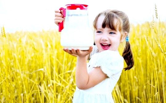 З якого віку дитині можна давати магазинне молоко