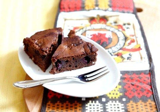 Шоколадний пиріг з додаванням вишні і перцю