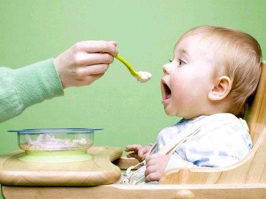 Зі скількох місяців дітям вводять прикорм