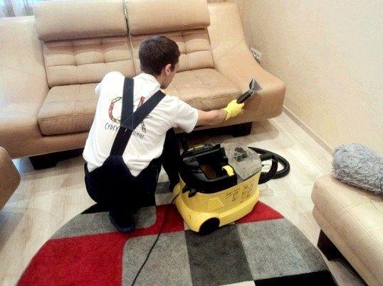 Як очистити диван від пилу