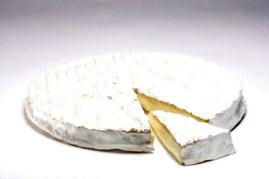 У чому відмінність сиру камамбера від брі