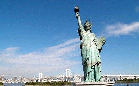 У яку сторону дивиться статуя свободи сша